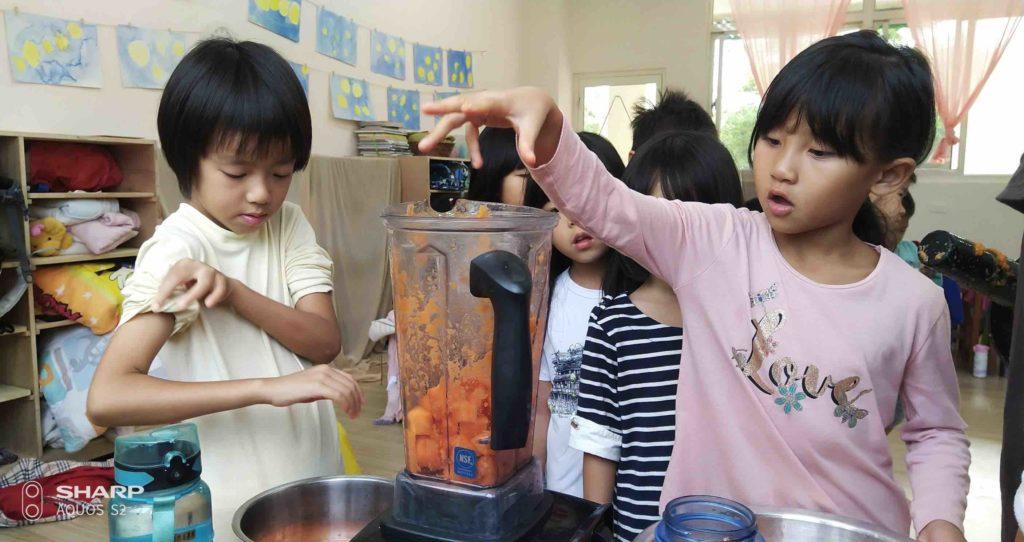 照海華徳福國小食育課一年級打果菜汁